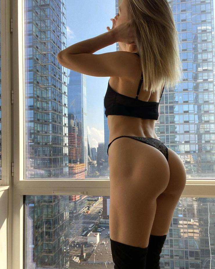 """Russian Girl Becomes Popular On """"Instagram"""" By Showing Off Her Butt On The Streets Of New York"""