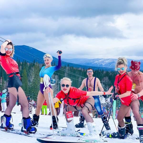 """GrelkaFest"" 2021: Over 1,700 People Skiing And Snowboarding In Swimwear"