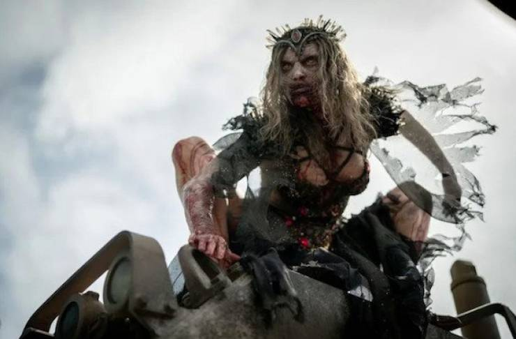 """Zombie Queen From """"Army Of The Dead"""" Is Actually A Beauty!"""