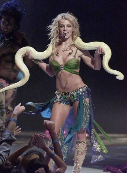 """Some Of The Most Memorable """"MTV"""" VMA Outfits"""