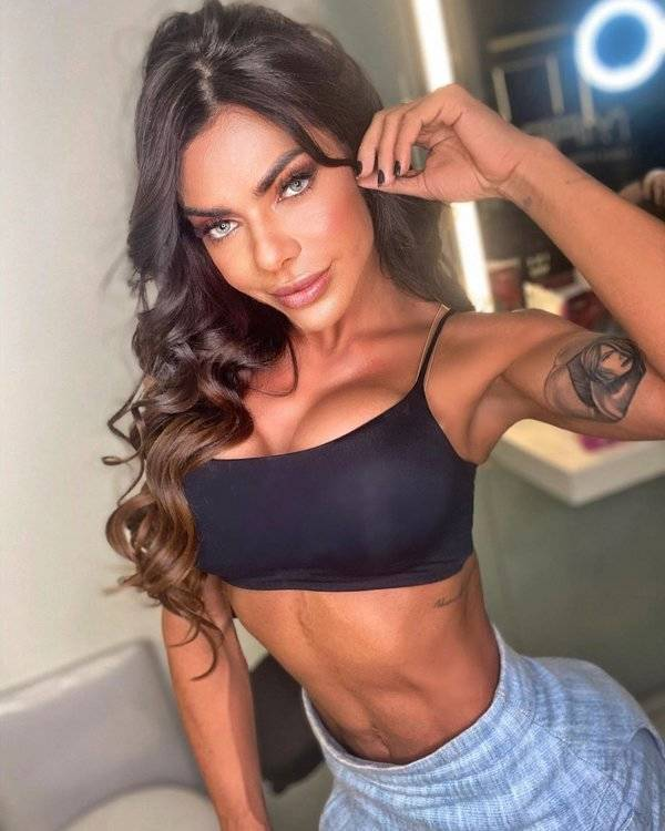 Model Shares Her Monthly Income From Selling Nudes Online