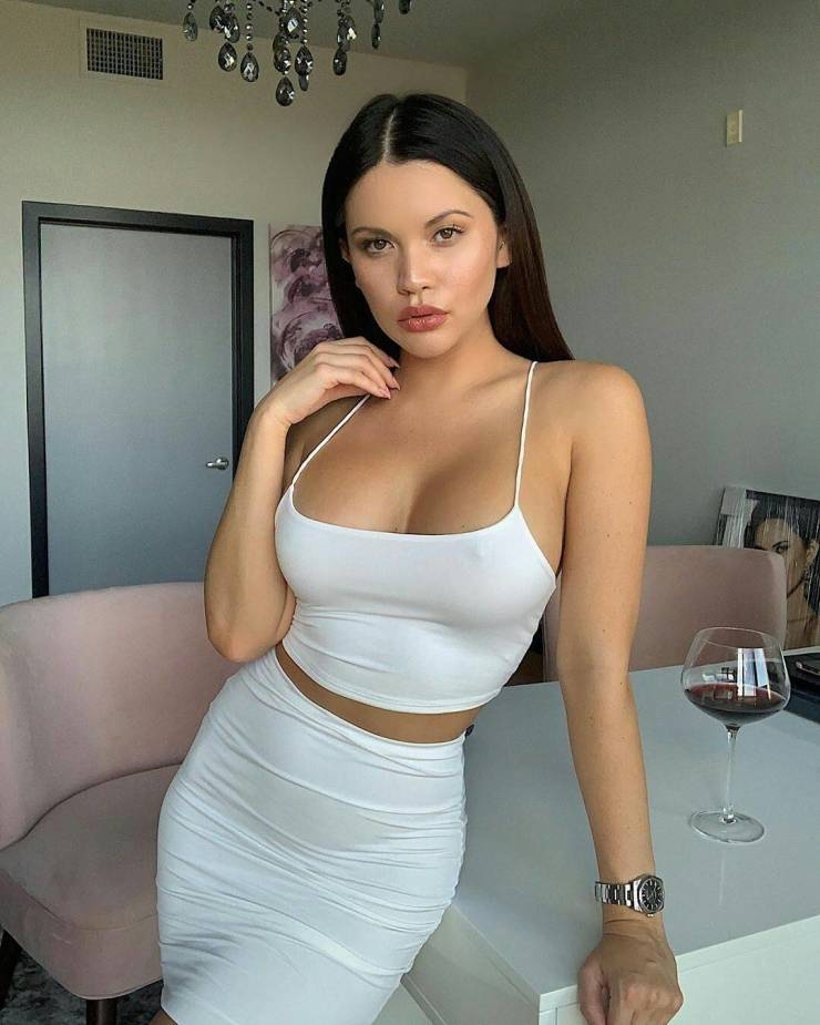 White T-Shirts Show Everything We Want To See