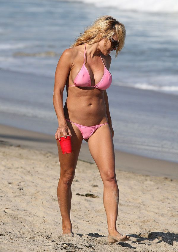 Good old Pamela Anderson on the beach (7 pics)