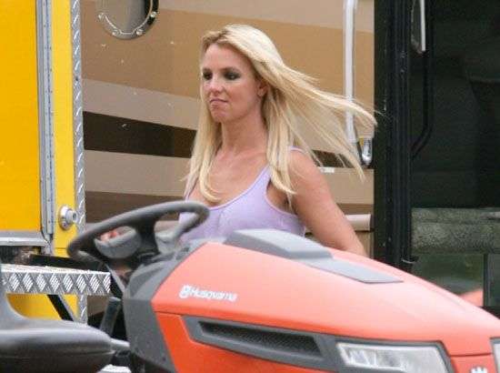 "Britney Spears during her video shoot of ""Radar"" (15 pics)"