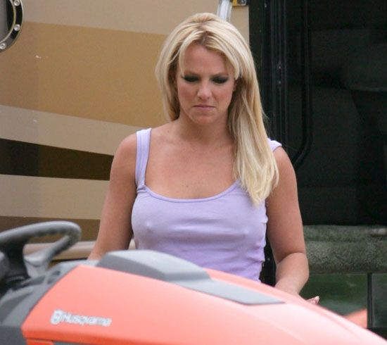 """Britney Spears during her video shoot of """"Radar"""" (15 pics)"""