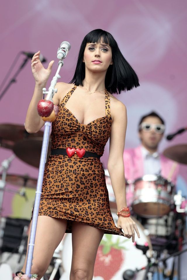 Cleavage of Katy Perry on stage (8 pics)