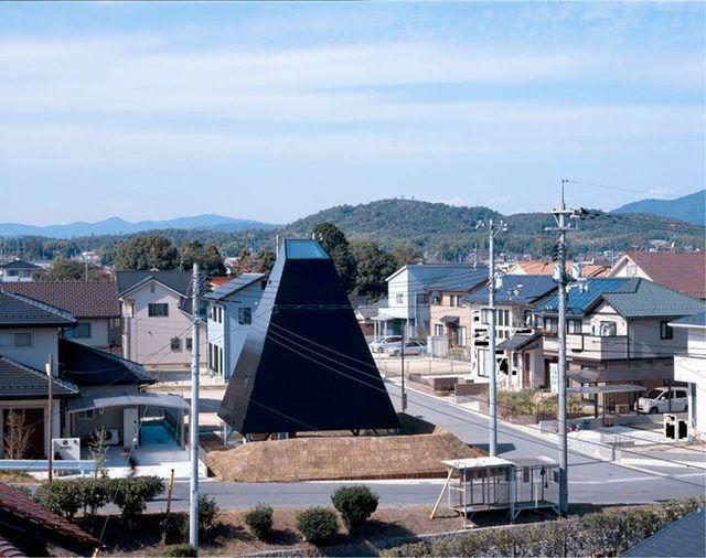 Jet black pyramid as home in Saijo, Hiroshima (18 pics)