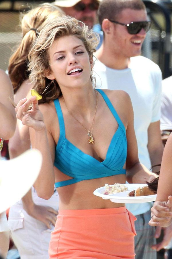 Some girls from 90210 on the beach (15 pics)