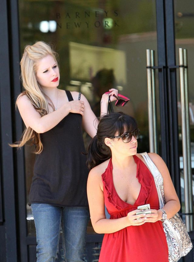 Avril Lavigne could use a serious tan (14 pics)