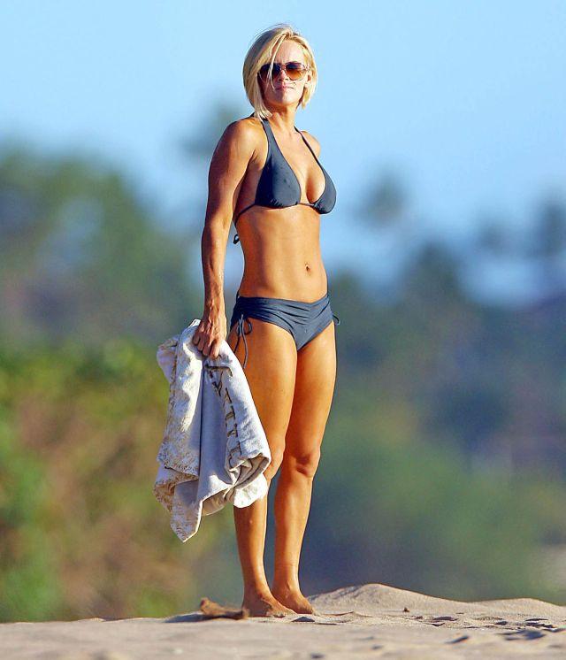 Jenny McCarthy on the beach (6 pics)