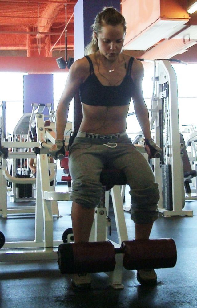 Charming Mena Suvari working out in the gym (10 pics)