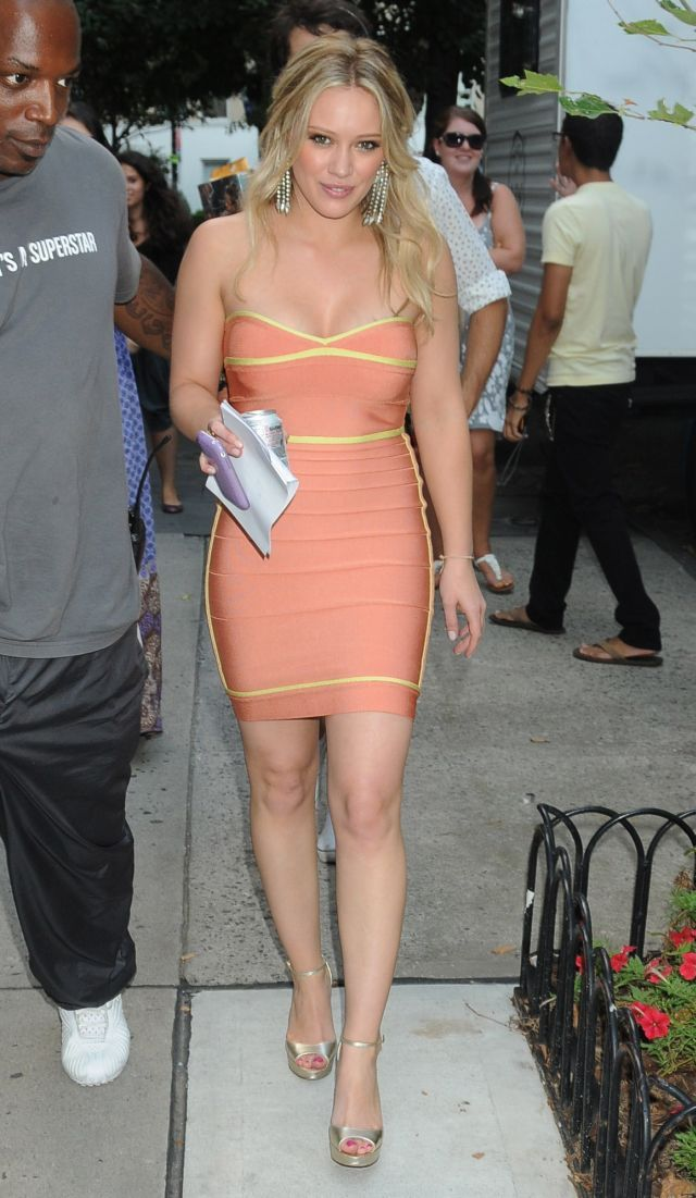 Hilary Duff in a very pretty dress (5 pics)