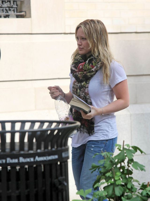 Hilary Duff in slightly baggy jeans (7 pics)
