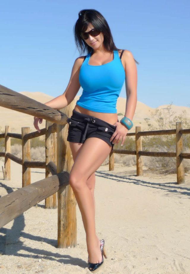 Denise Milani hot and beautiful (7 pics)