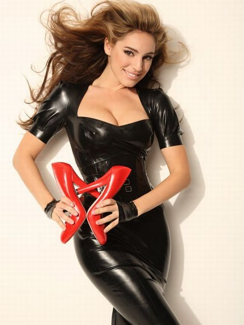 Kelly Brook in black. It fits her good (6 pics)