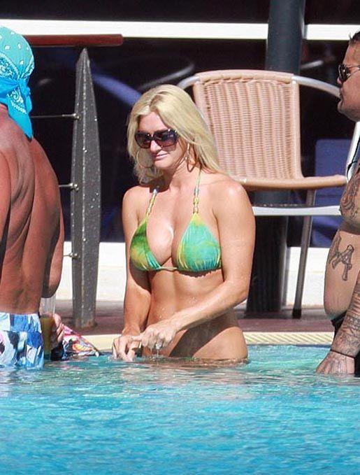 Hulk Hogan and his daughter in the pool (9 pics)