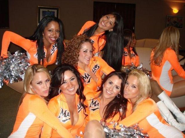 Compilation of Hot Cheerleaders (32 pics)