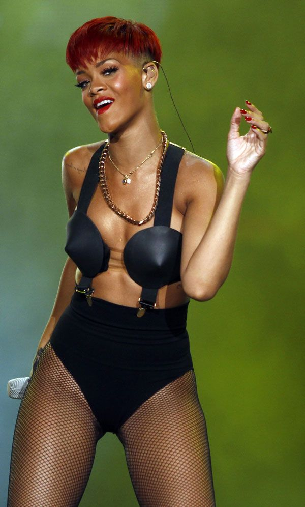 Rihanna and Her Usual Weird Ourfit (12 pics)