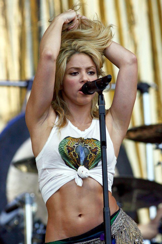 Sexy Shakira in Concert (11 pics)