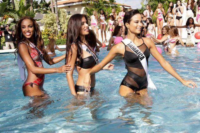 2015 Miss Universe Contestants in Bikinis