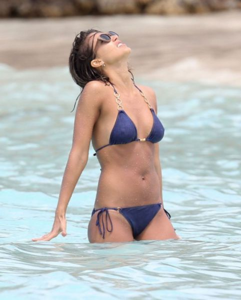 Jessica Alba Still Looks Sexy in a Bikini