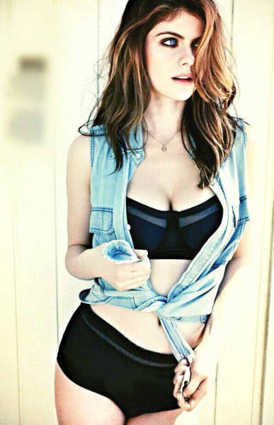Alexandra Daddario's Eyes are So Captivating That You Probably Won't Even Look at Her Breasts