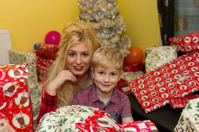 Woman Becomes a Porn Star So That She Can Finally Spoil Her Son for Christmas