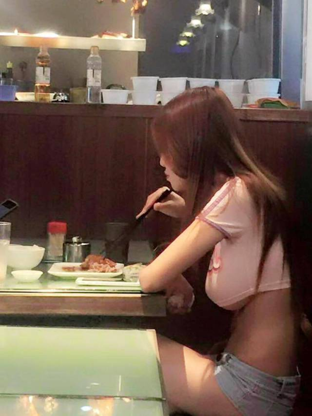 I Bet This Girl Got A Big Discount When She Came To This Cafe...