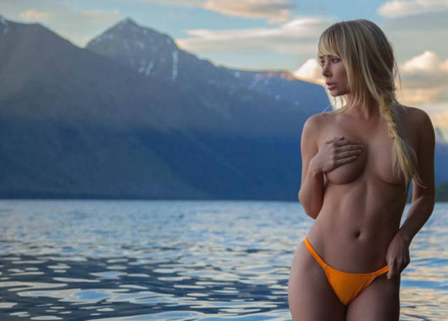 Hot Model And Professional Poker Player Travels Around America Posting Her Racy Pics On Instagram