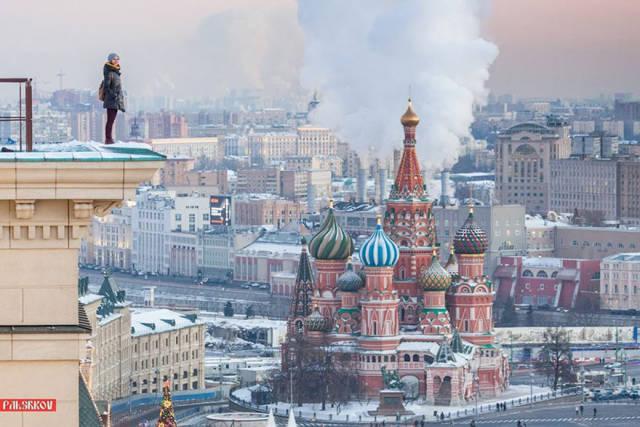 Rooftopper Girl Risks Her Life To Take Impressive Shots