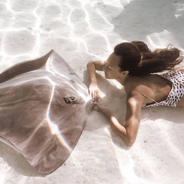 """A Beautiful Underwater Photo Session Of A Sexy """"Stingray Queen"""""""